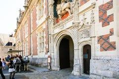 Touristen nahe dem Eingang, zum sich von Chateau de Blois zurückzuziehen Stockfotos