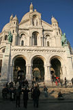 Touristen nahe der Basilika des heiligen Herzens von Paris Stockfoto