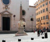 Touristen nahe Elefanten und Obelisken durch Bernini auf quadratischem Marktplatz della Minerva in Rom lizenzfreie stockbilder