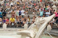 Touristen nahe Fontana-della Barcaccia in Rom Stockbilder