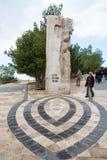 Touristen nahe Monument auf Berg Nebo in Jordanien Stockfoto