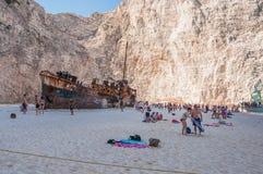 Touristen am Navagio-Strand auf Zakynthos-Insel Lizenzfreies Stockfoto