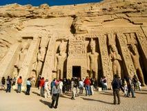 Touristen an Nefertaris Tempel von Hathor bei Abu Simbel, Ägypten Lizenzfreies Stockfoto