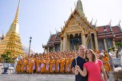 Touristen nehmen ein selfie mit Gruppe Mönchen lizenzfreies stockfoto