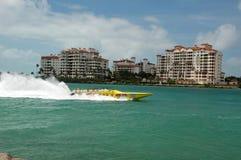 Touristen nehmen eine Schnellbootfahrt in Miami, Florida stockbilder