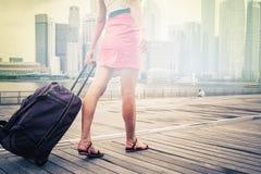 Touristen- oder Frauenabenteuer mit Gepäck in Singapur Lizenzfreies Stockfoto