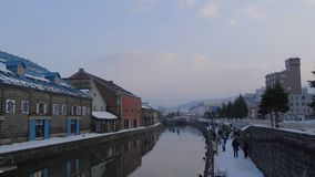 Touristen an Otaru-Kanal mit Schnee in der Wintersaison stock footage