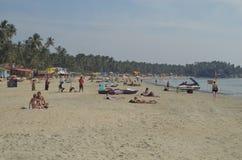 Touristen an Palolem-Strand, Goa, Indien stockbild