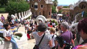 Touristen an Park Guell-Schritten stock video