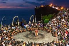 Touristen passen traditionellen Balinese Kecak-Tanz an Uluwatu-Tempel auf Bali, Indonesien auf Stockfotografie