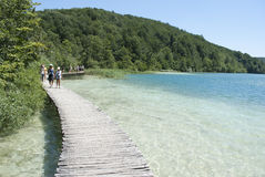 Touristen Plitvice am Nationalpark Lizenzfreies Stockbild