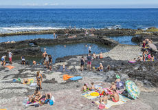 Touristen an Pools Puerto de Las Nieves auf Gran Canaria stockbilder