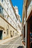 Touristen-Reise durch Tram 28 in im Stadtzentrum gelegener Lissabon-Stadt Stockbilder