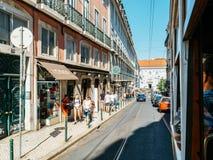 Touristen-Reise durch Tram 28 in im Stadtzentrum gelegener Lissabon-Stadt Stockfotografie