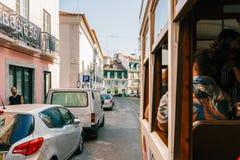 Touristen-Reise durch Tram 28 in im Stadtzentrum gelegener Lissabon-Stadt Lizenzfreie Stockfotografie