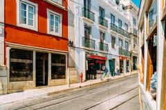 Touristen-Reise durch Tram 28 in im Stadtzentrum gelegener Lissabon-Stadt Stockbild