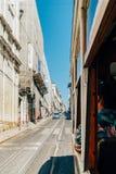 Touristen-Reise durch Tram 28 in im Stadtzentrum gelegener Lissabon-Stadt Lizenzfreies Stockbild