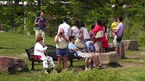 Touristen, Reisende, Gruppen von Personen stock footage