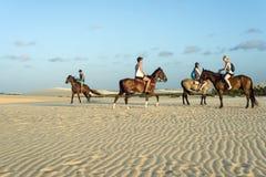 Touristen reiten zu Pferd, Jericoacoara, Brasilien Lizenzfreie Stockfotos