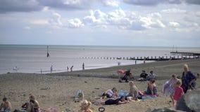 Touristen scharen sich zu den Stränden von Hornsea, um den heißen Sommer zu genießen stock video