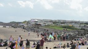 Touristen scharen sich zu den Stränden von Hornsea, um den heißen Sommer zu genießen stock footage