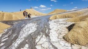 Touristen an Schlamm vulcanoes stockfoto