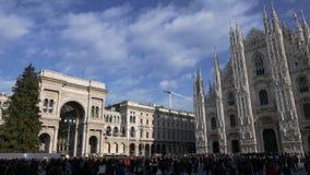 Touristen schlendern in Piazza Duomo und gehen für Weihnachten stock video footage