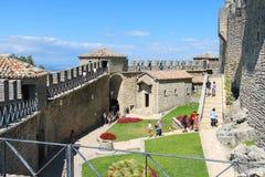 Touristen sehen den Anblick im Hof der alten Festung Lizenzfreie Stockfotografie