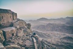 Touristen sitzen auf einem Berg Lizenzfreies Stockfoto