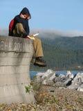 Touristen sitzen entlang dem Baikalsee Stockbild