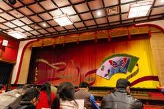 Touristen sitzen und WarteOiran-Show-Geisha Show an Noboribetsu-Datum Judaimura Stockfotografie