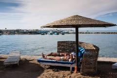 Touristen sonnen sich auf dem Strand in Hurghada in Ägypten Lizenzfreies Stockbild