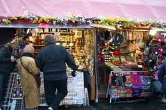 Touristen am Souvenirladen Stockfoto