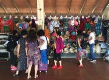 Touristen am Souvenirladen am Tonle Sap See in Kambodscha Stockfoto