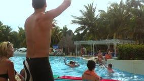 Touristen-Spiel-Spiele am Erholungsort-Swimmingpool in Kuba stock footage