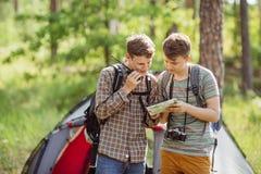 Touristen sprechen auf dem Radio und spezifizieren Ihren Weg stockfotos