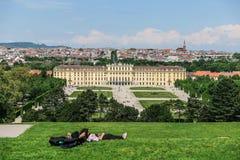 Touristen stehen auf dem Hintergrund den Schonbrunn-Palast, Wien still Lizenzfreies Stockbild
