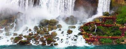 Touristen stehen nah an dem Niagara Falls US auf lizenzfreies stockbild