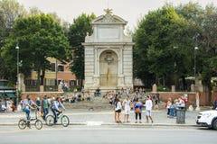 Touristen steht im Marktplatz Trilussa in Trasteve, Rom stockfotografie