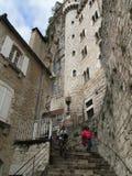 Touristen steigen das große Treppenhaus ab Lizenzfreie Stockbilder