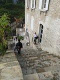 Touristen steigen das große Treppenhaus ab Stockbild