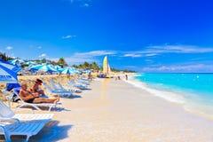 Touristen am Strand von Varadero in Kuba Lizenzfreie Stockfotos