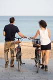 Touristen in Strandurlaube stockbilder