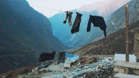 Touristen trocknen Kleidung in den Bergen von Nepal stock footage