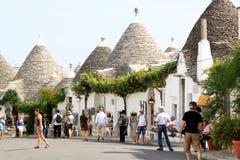 Touristen in trulli Stadt von Alberobello, Italien Lizenzfreie Stockfotografie