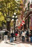 Touristen um Dampf stoppen in Gastown, Vancouver ab Lizenzfreies Stockfoto