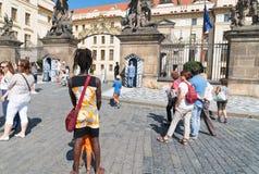 Touristen um Prag-Schloss und der Schutz Stockbilder