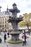Touristen und Bewohner vor der Replik des Spitzensteins lizenzfreie stockfotos