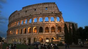 Touristen und das colosseum in Rom stock video