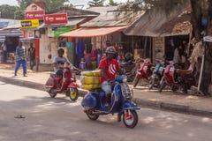 Touristen und Einheimische auf dem heimischen Markt Afrikanischer Mann, der hinunter die Straße geht stockbild